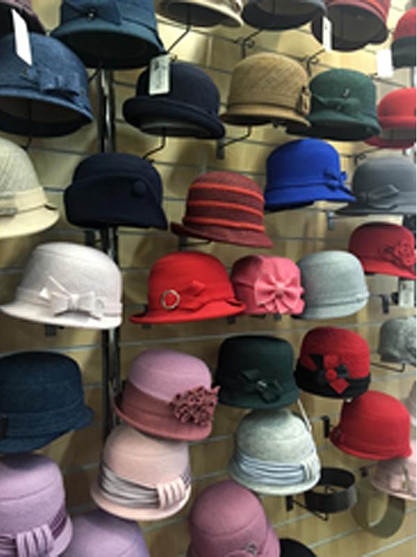 18/02/2020  Nadia et Elena, qui fabriquent des chapeaux depuis 25 ans